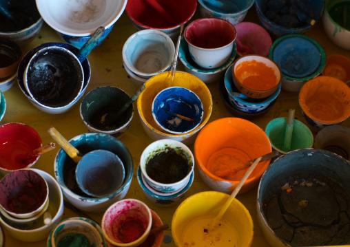 Thanka natural powders to paint, Qinghai province, Wutun, China