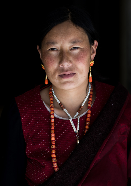 Portrait of a tibetan nomad woman, Qinghai province, Tsekhog, China