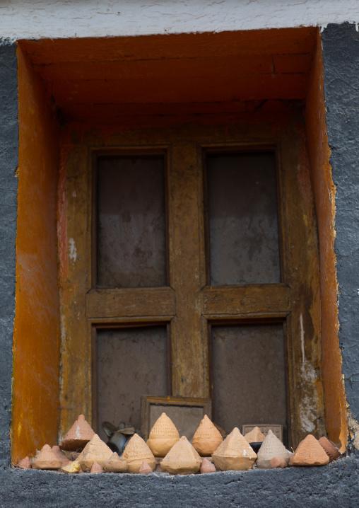 Typical tibetan window with tsatsa clay cones in Hezuo monastery, Gansu province, Hezuo, China