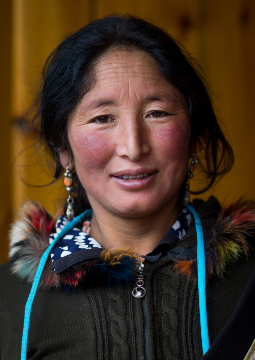Portrait of a nyingma tibetan nomad woman during a pilgrimage in Labrang monastery, Gansu province, Labrang, China