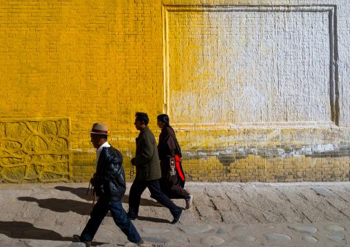 Tibetan pilgrims in traditional dress at kora around Rongwo monastery, Tongren County, Longwu, China