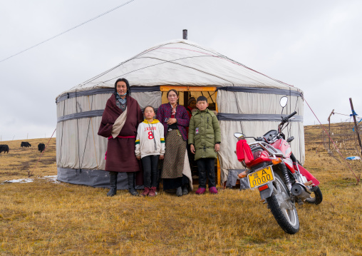 Portrait of a tibetan nomad family living in a yurt in the grasslands, Qinghai province, Sogzong, China