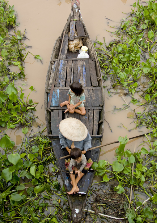 Cambodian family in a boat on Tonle sap lake, Siem Reap Province, Chong Kneas, Cambodia
