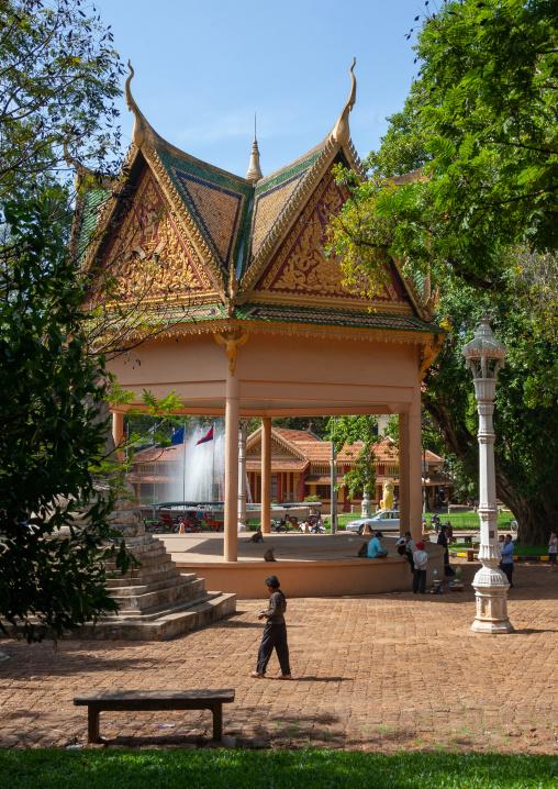 Cambodiuan people resting under a pagoda in a garden, Phnom Penh province, Phnom Penh, Cambodia