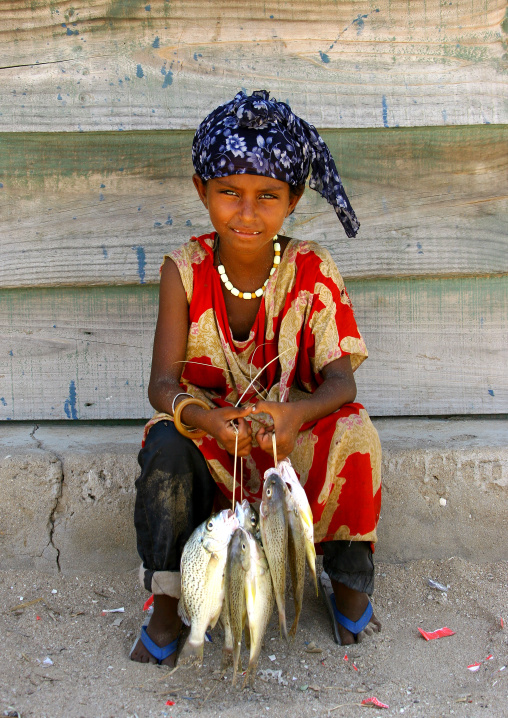 Eritrea, Horn Of Africa, Thio, afar girl holding fishes