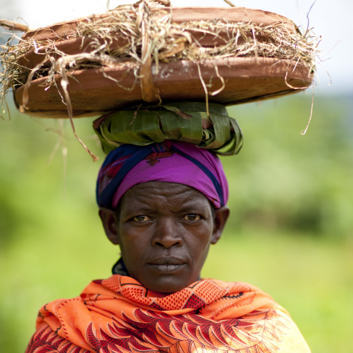 Menit woman carrying tum market, Omo valley, Ethiopia