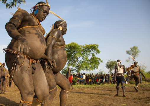 Bodi tribe fat men running during Kael ceremony, Omo valley, Hana Mursi, Ethiopia