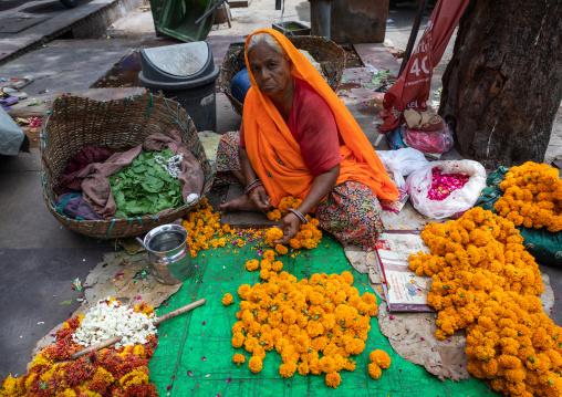 Indian street seller selling flowers, Rajasthan, Jaipur, India