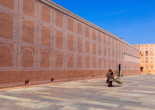 Indian woman in the city palace sarvato bhadra courtyard, Rajasthan, Jaipur, India