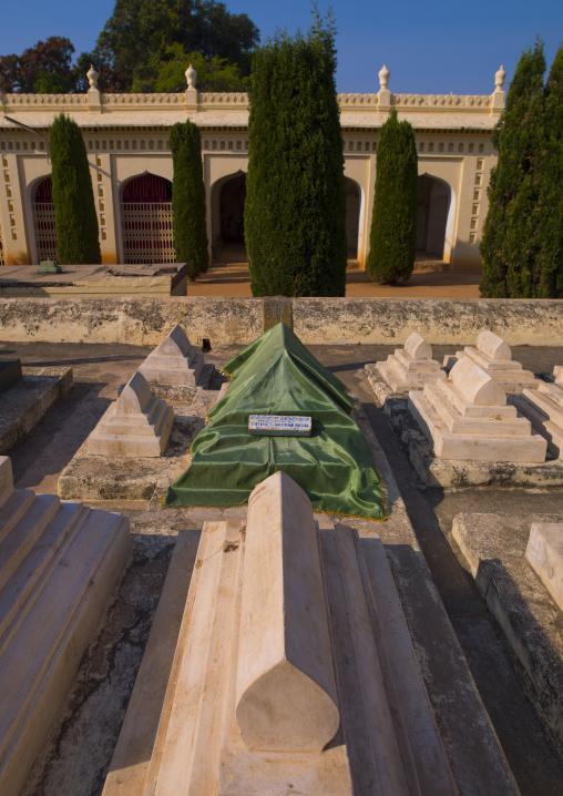 Tombs Surrounding The Gumbaz Mausoleum Of The Muslim Sultan Tipu And His Relatives, Srirangapatna, India