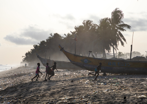 Children on the beach in N'zima fishermen village, Sud-Comoé, Grand-Bassam, Ivory Coast