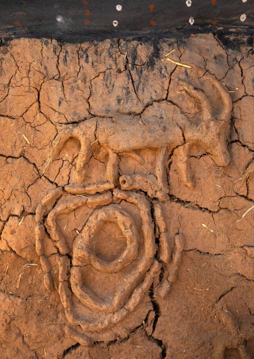 Antelop decoration on the muddy wall of a Senufo fetish house, Savanes district, Niofoin, Ivory Coast