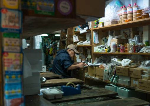 Vendor in tsukiji fish market, Kanto region, Tokyo, Japan