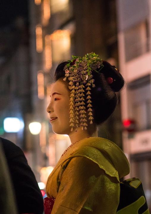 Geisha in the streets of gion, Kansai region, Kyoto, Japan