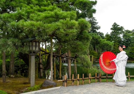 Japanese woman with oil paper umbrella in Kenroku-en garden, Ishikawa Prefecture, Kanazawa, Japan