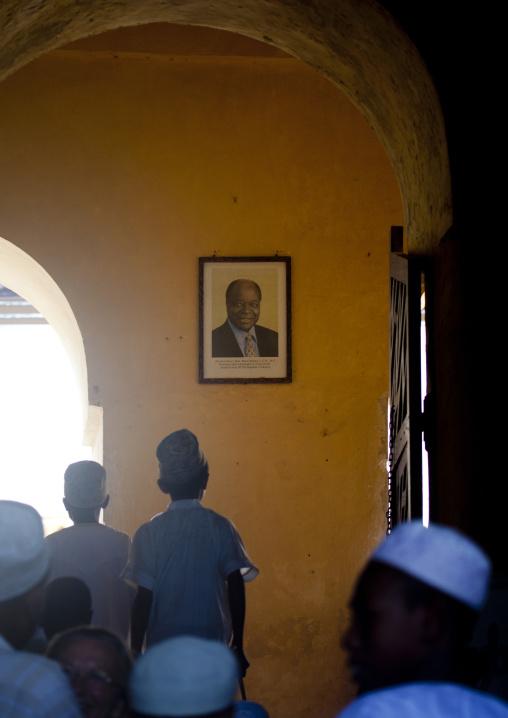 A small group of children looking at the photo of  kenya president mawai kibaki in swahili museum, Lamu, Kenya