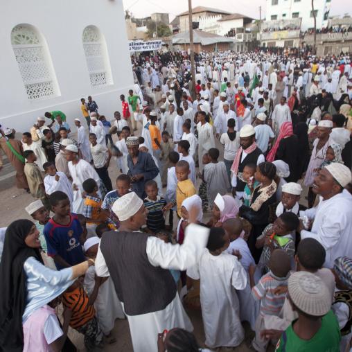 Crowd in a street of lamu after the tribute parade to habib swaleh, Lamu, Kenya