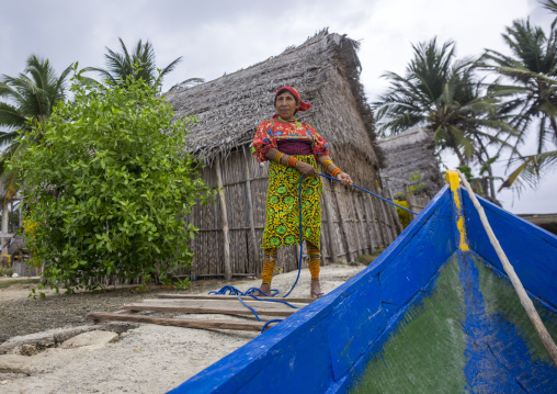 Panama, San Blas Islands, Mamitupu, Kuna Indian Woman Carrying A Canoe Wit A Rope