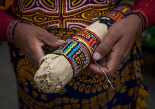 Panama, San Blas Islands, Mamitupu, Kuna Indian Woman Making Bracelets