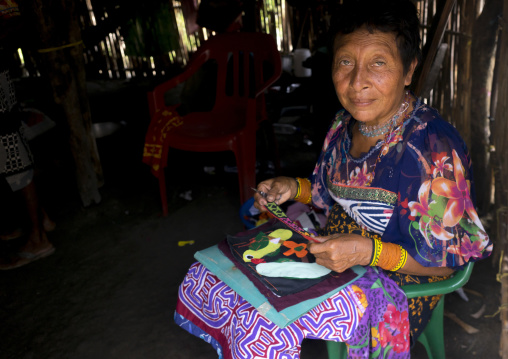 Panama, San Blas Islands, Mamitupu, Portrait Of Kuna Tribe Woman Weaving A Mola