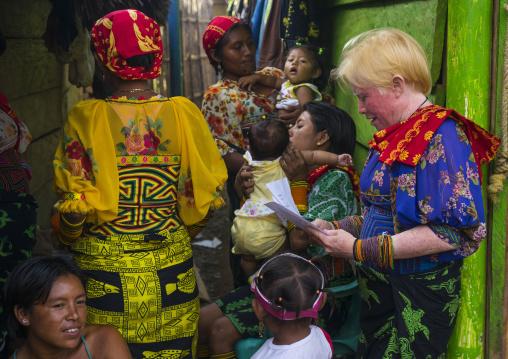 Panama, San Blas Islands, Mamitupu, Albino Kuna Tribe Woman With Friends