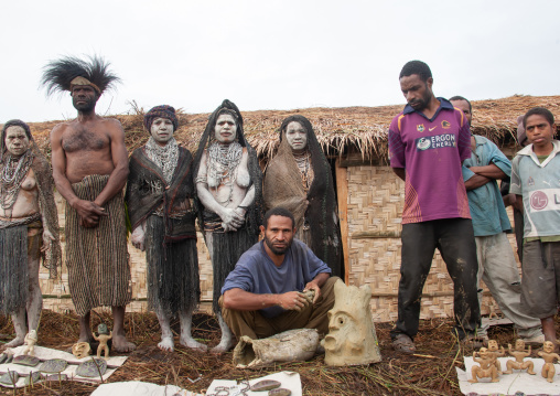 Mudman making a mask during a sing-sing, Western Highlands Province, Mount Hagen, Papua New Guinea