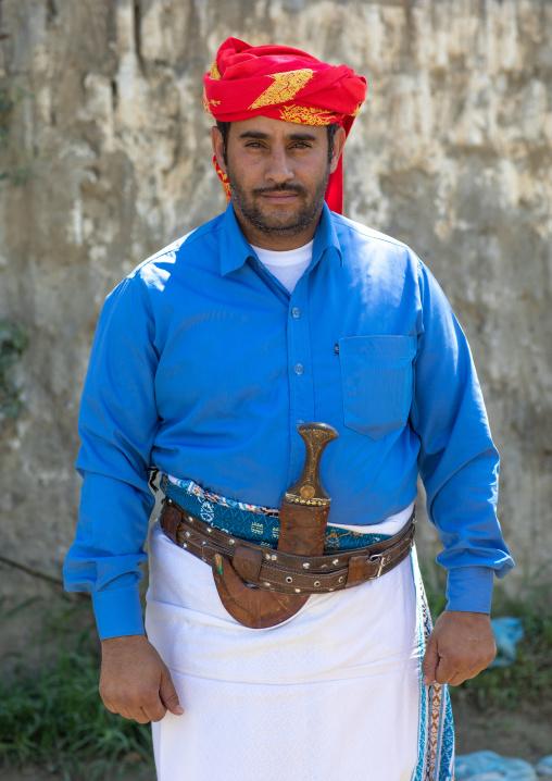 Portrait of a saudi man with his jambya, Jizan province, Addayer, Saudi Arabia