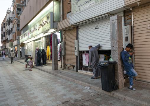 Saudi man closing his shop to go to the mosque, Mecca province, Taïf, Saudi Arabia