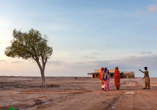 Somali women speaking to a policeman, Awdal region, Zeila, Somaliland