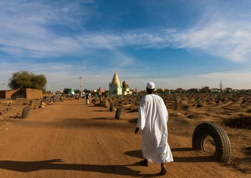 Sudanese man going to the friday sufi celebration at sheikh Hamad el Nil tomb, Khartoum State, Omdurman, Sudan