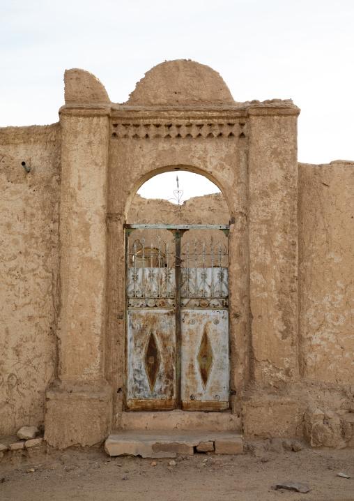 Old gate of an abandonned mudbrick house, Northern State, Al-Khandaq, Sudan