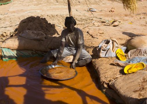 Sudan, Khartoum State, Alkhanag, man searching for gold