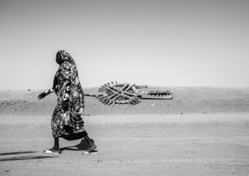 Sudan, Northern Province, Delgo, nubian woman passing in front of an old well