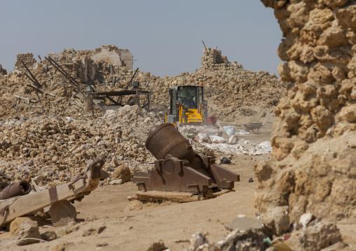 Sudan, Port Sudan, Suakin, old cannon in front of a ruined ottoman coral buildings