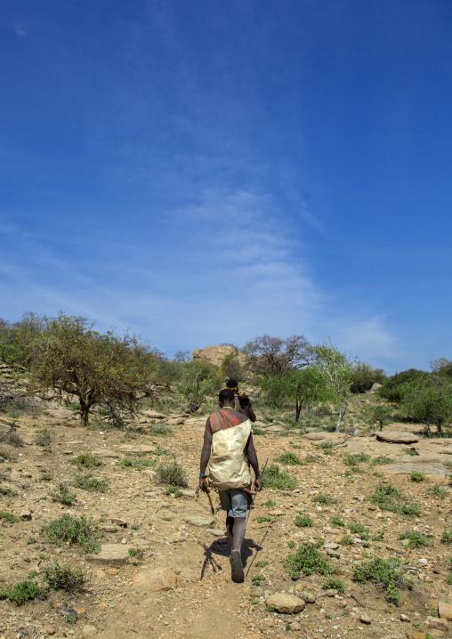 Tanzania, Serengeti Plateau, Lake Eyasi, hadzabe tribe men hunting
