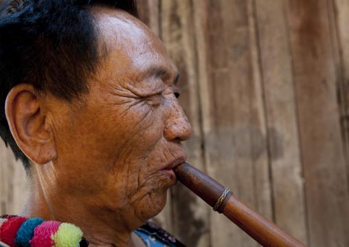 Lahu tribe uncle ja yo in ban bor kai village playing nor ku ma, Thailand