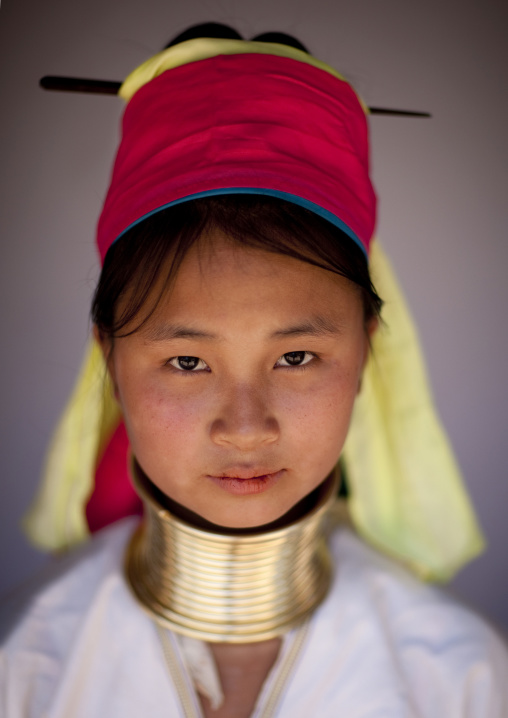 Long neck girl in ban mai nai soi, Thailand